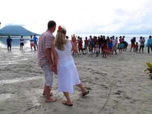 村人から祝福されての南の島ウェディング